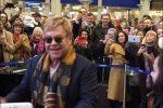 Элтон Джон устроил фееричное шоу налондонском вокзале