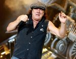 Вокалист AC/DC закончил выступления вСША из-за угрозы оглохнуть