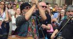 Борис Гребенщиков стихийно выступил наДомской площади вРиге